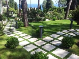 lat da kin san vuon trong phong thuy 300x225 Chuyên gia xem phong thủy: Lát đá kín sân vườn sẽ mang nhiều âm khí