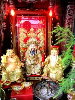 Có thể đặt thêm tượng Phật Di Lặc. Di Lặc Phật Vương sẽ quản lý và ngăn chặn các vị thần làm điều sai trái.